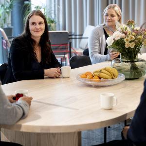 IT-konsultointi firma Columbia Roadin toimitusjohtaja Sirkka-Liisa Rotinen kahvittelee alaistensa kanssa