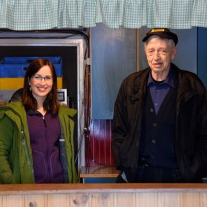 En bild på två personer som står i ett 60-talskök.
