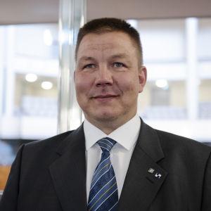 Juha Mäenpää Eduskuntatalolla.