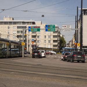 Helsingfors centrum. På bilden syns både bilar och en spårvagn.