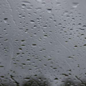 Regn på fönsterruta.