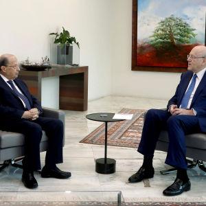 Libanons president Michel Aoun tillsammans med tillträdande premiärminister Najib Mikati.