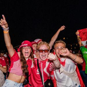 Danska ungdomar firar i danska färger, röd och vit, under EM.