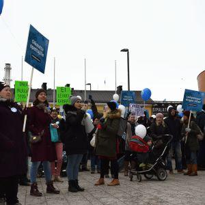 Ei leikkirahaa-demonstration på Narinken i Helsingfors.