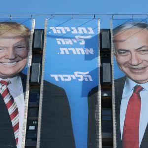 """""""Netanyahu i en klass för sig"""" står det på Netanyahus stora valafficher som visar honom och USA:s president Donald Trump."""