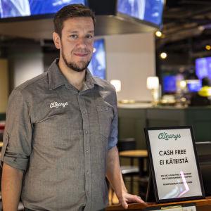 Jone Salmela är restaurangchef på O'Learys i Tripla.