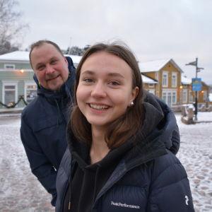 Östnylands lucia 2019 och luciapappan står på rådhustorget i Borgå.
