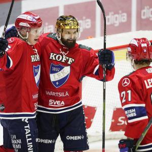 Jere Sallinen, Otto Paajanen och Ville Leskinen firar ett mål.