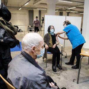 Omaishoitaja Rita Solla sai koronavirusrokotteen Helsingissä 1. helmikuuta.