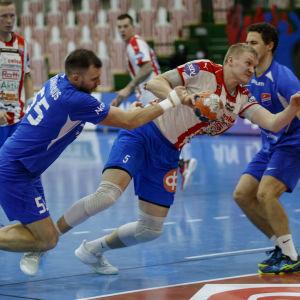 Tadas Stankevicius stör Robin Sjöman, som har bollen.