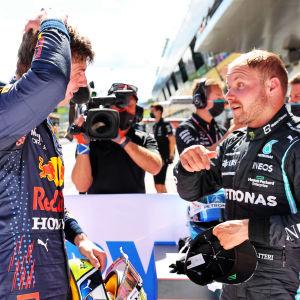 Max Verstappen och Valtteri Bottas i samtal.