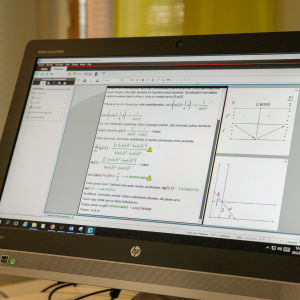 Matematiikan kurssin oppimateriaalia tietokoneen näytöllä