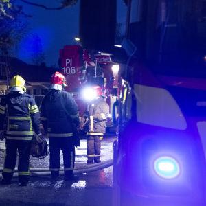 Palomiehiä palopaikalla Tampereen Takahuhdissa