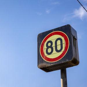 80 km/h nopeusrajoituskyltti