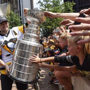 Chris Kunitz visar Stanley Cup-pokalen för fansen på gatan.
