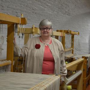 Anja Lindqvist står vid en vävstol i Arbis nya hantverksutrymmen.