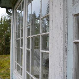 Vackra små fönster på verandan till Villa Kolkka på Runsala.