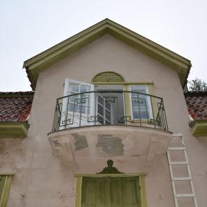 Balkongdörren står öppen, fastän Villa Ståhlsträm är igenbommad.
