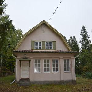 Morgonsolen lyser i ett av fönstren på Villa Ståhlström på Runsala.