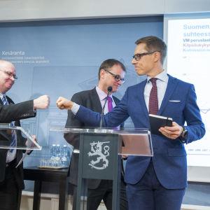Ministrarna Lindström, Stipilä och Stubb håller presskonferens om arbetsmarknadsuppgörelsen.