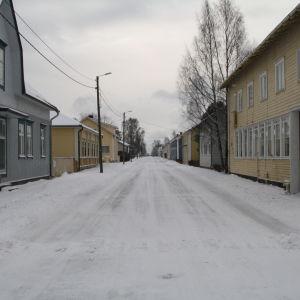 En vinterklädd gata gapar tomt i Kaskö.