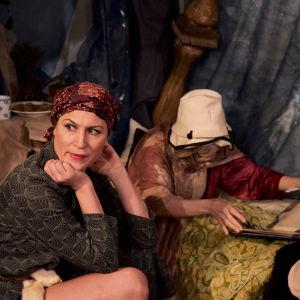 Foto från Konsten att falla på Teater Jurkka.