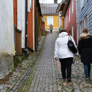 Två vänner går i gamla stan i Borgå