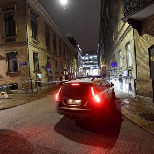 Polis på plats vid synagogan i Göteborg efter attacken sent på lördagen den 9 december 2017.