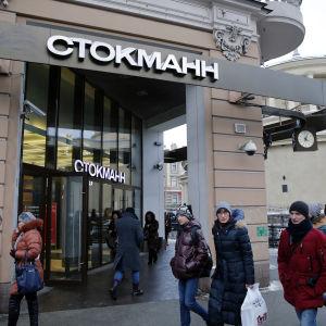 Människor passerar Stockmanns köpcenter i Sankt Petersburg i januari 2016.