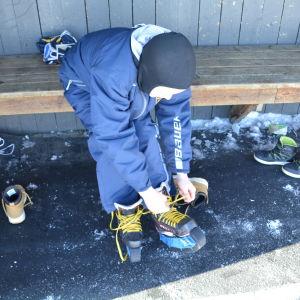 Pojke snör på sig skridskor