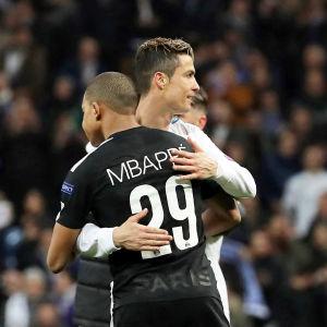 Cristiano Ronaldo och Kylian Mbappé omfamnar varandra efter en match.