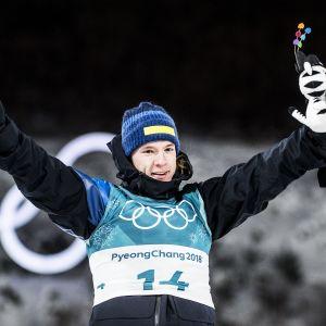 Sebastian Samuelsson tar emot en maskot vid OS i Pyeongchang 2018.