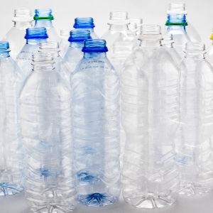 Tomma plastflaskor på rad.