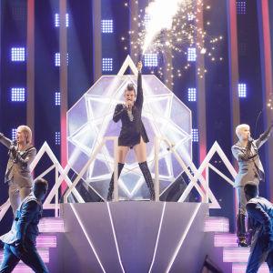 Saara Aalto på Eurovisionsscenen under den första semifinalen.