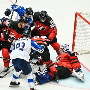 Finland och Kanada kämpar om pucken vid målet vid ishockey-VM 2018.