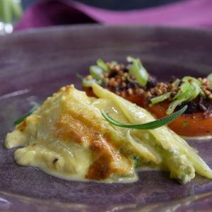 Fenkoligratiini paistettujen tomaattien kera lautasella