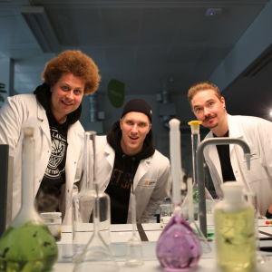 Viki, Köpi ja Henkka valkoisissa takeissa kemianluokassa