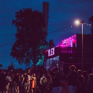 YleX:n kontti Blockfesteillä illan pimettyä.