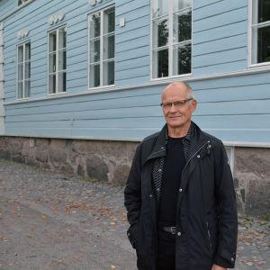 Eero Löytönen vid empirekvarteren i Borgå.