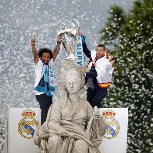 Marcelo och Sergio Ramos med Champions League-pokalen i Madrid.