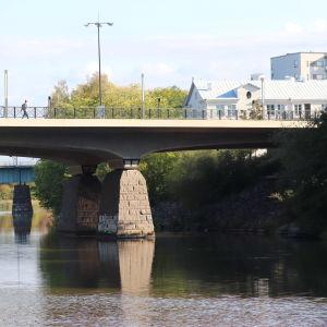 Människor som går över en bro.