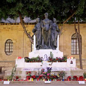 Blommor och porträtt för att hedra den mördade maltesiska journalisten Daphne Caruana Galizia. Bilden från december 2017