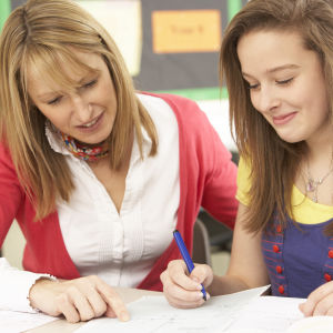 Lärare undervisar flicka privat.