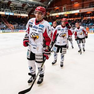 Olavi Vauhkonen leder ett koppel spelare