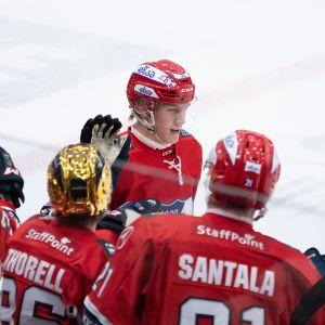 Anton Lundell firar ett mål