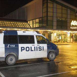 Polisbil vid bensinstation i Kuortti
