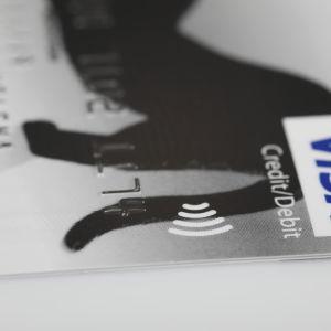 Betalkort med möjlighet till kontaktlös betalning.