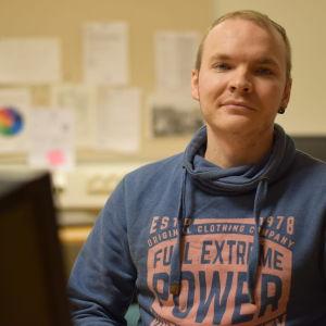 Jonathan Åkerblom sitter vid en dator.