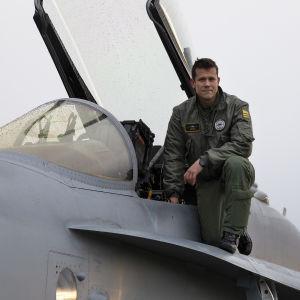 Everstiluutnantti, lentäjä, Saku Joukas F-18 Hornetin luona Örlandin lentotukikohdassa Norjassa.