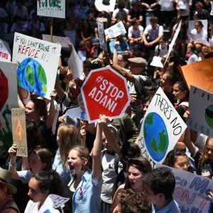 Australiska studerande marscherar i protest mot att inte tillräckligt görs åt klimatförändringen.